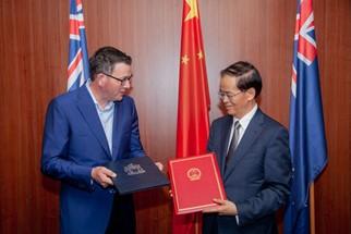 El primer ministro victoriano Daniel Andrews y el embajador de China en Australia, Cheng Jingye. (Fuente: Abc.net.au)