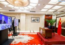 El presidente ruso Vladimir Putin responde a una pregunta del presidente y editor en jefe de la Agencia de Noticias Xinhua He Ping. (Fuente: Xinhua Huang Jingwen)