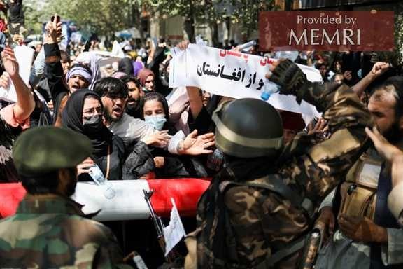 Kobiety protestujące w Kabulu w konfrontacji z siłami talibów(zdjęcie: aljazeera.com).