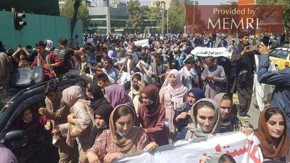 """Kobiety protestujące w Kabulu z hasłem """"Śmierć Pakistanowi"""" (zdjęcie: 8am.af)."""