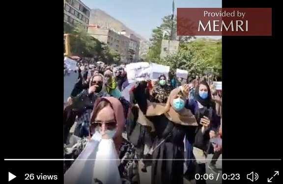 """Muzhgan Farooqi, afgańska kobieta tweetowała ten klip wraz z tekstem: """"Niesłychane uczestnictwo #kobiet w proteście przeciwko Pakistanowi. Tym razem kobiety zmieniają historię Afganistanu. Te kobiety nie są z lat 1990. Słuchaj, Pakistanie! Będziemy opierać się twojej inwazji i my zwyciężymy"""""""