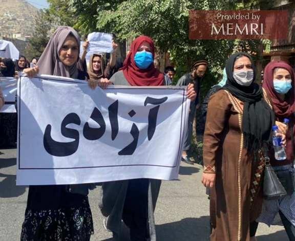 """Na plakacie: """"Azadi"""" – wolność, tj. od talibów narzuconych przez Pakistan; zdjęcie tweetowane przez dziennikarza Tajudena Sorousza."""