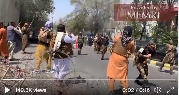 Siły afgańskiego Talibanu strzelają do kobiet protestujących w Kabulu.